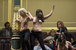 Femen nel parlamento spagnolo.