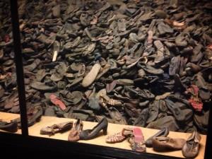 Le migliaia di scarpe presenti tutt'oggi nel Memoriale dedicato alle vittime di Auschwitz