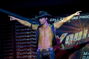 matthew-mcconaughey-durante-uno-strip-in-una-scena-di-magic-mike-244010-550x365