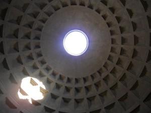 Visione della cupola e dell'oculo dall'interno.