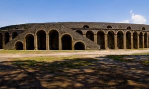 1200px-Anfiteatro_Pompei