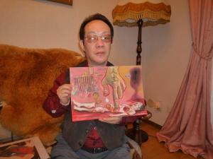 Issei mostra un disegno da lui realizzato.