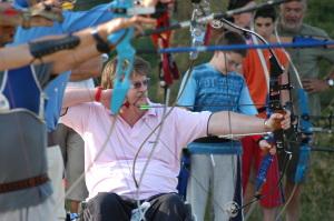 Tiro con l'arco su sedia a rotelle