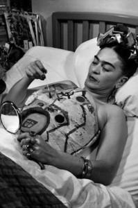 """""""Frida Kahlo dipingendo uno dei suoi busti ortopedici""""."""