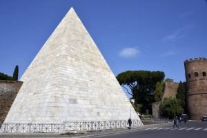 Piramide di Cestio al termine del restauro