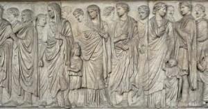 Lato Sud. Ritratto di Augusto con corona di alloro.