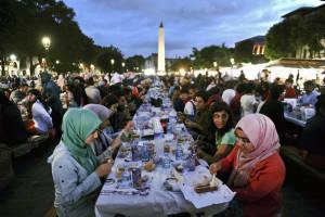 In moltissime città musulmane vengono organizzati dei banchetti per mangiare dopo il tramonto.