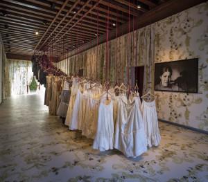 """""""Sguardo di donna"""", Salone d'ingresso allestito con abiti femminili di scena dal Teatro La Fenice."""