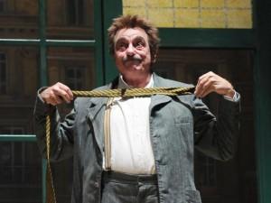 Luca de Filippo, prematuramente scomparso, che interpreta l'irriverente Quagliuolo.