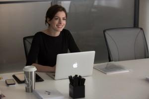 Lo-stagista-inaspettato-Hathaway