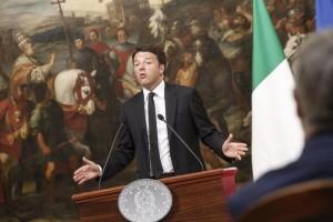 Il Presidente del Consiglio Matteo Renzi nella sala dei Galeoni di Palazzo Chigi durante le dichiarazioni in merito al referendum sulle trivelle, Roma, 17 Aprile 2016. ANSA/ GIUSEPPE LAMI