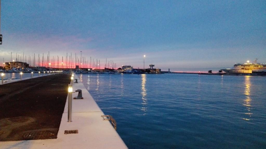 Tramonto al porto--> Gran parte della nostra quotidianità si svolge proprio al porto: navi che partono, pescatori, gru e molto altro ancora.