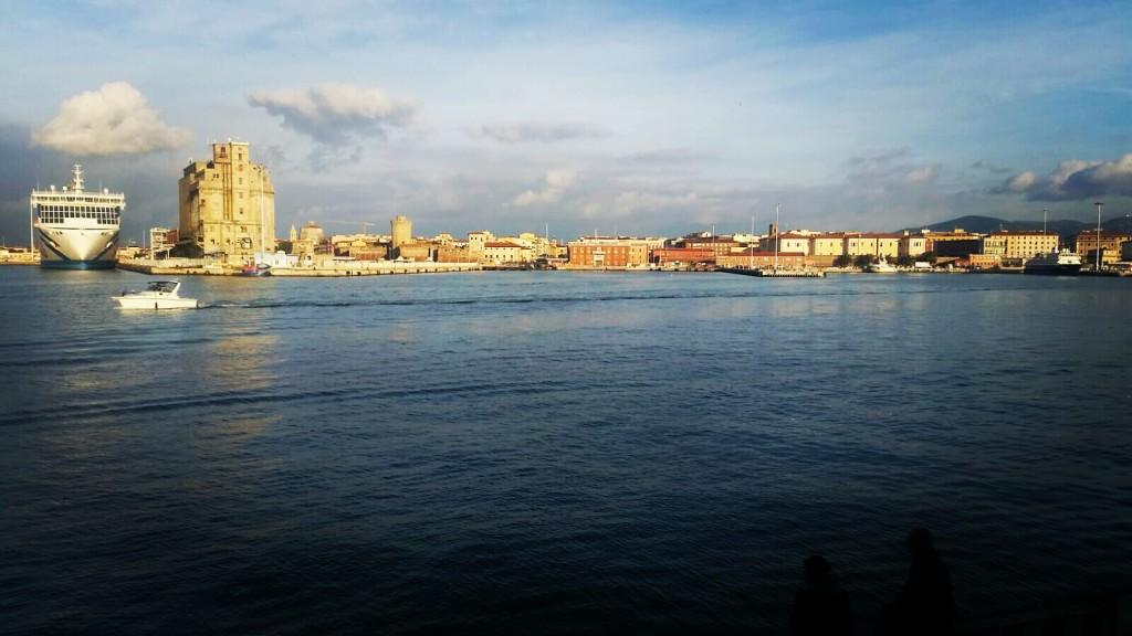 """""""πάντα ῥεῖ""""--> il mio passato da studente del liceo classico riaffiora in questa foto: una nave attraccata, una piccola imbarcazione che si allontana. """"Tutto scorre"""" diceva Eraclito e questo è ciò che ho pensato catturando questo sfondo di quotidianità della nostra Livorno."""