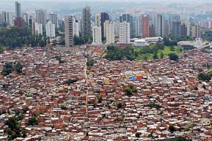 Ricchezza e povertà a confronto, tra grattacieli e favelas