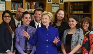 La Candidata Clinton ritratta assieme ad un gruppo di ispanici - Foto Yahoo