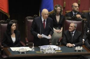 Il Presidente della Repubblica rieletto Giorgio Napolitano (C), tra la presidente della Camera dei Deputati Laura Boldrini (S) e il presidente del Senato Pietro Grasso (D), presta giuramento di fronte al parlamento riunito in seduta congiunta, integrato da 58 rappresentanti delle Regioni, a Montecitorio, Roma, 22 aprile 2013. ANSA / MAURIZIO BRAMBATTI