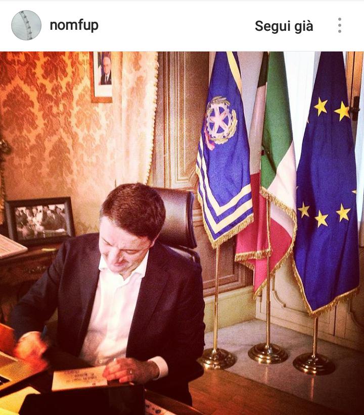 Matteo Renzi firma le dimissioni nel suo studio di Palazzo Chigi - Foto tratta dal Profilo Instagram di Filippo Sensi (@nomfup)