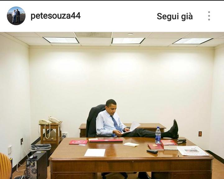 """12 anni fa Pete Souza fotografò per il Chicago Tribune un giovane Barack Obama nel suo """"studio senza finestre"""", era appena diventato senatore."""