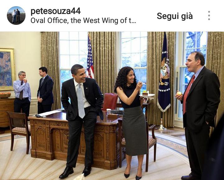 Aprile 2009.  Un momento divertente nello Studio Ovale, Mona Sutphen la Deputy Chief dello Staff della Casa Bianca offre un pezzo di dolce a David Axelrod, il Senior Advisor e Chief Strategist di Obama.
