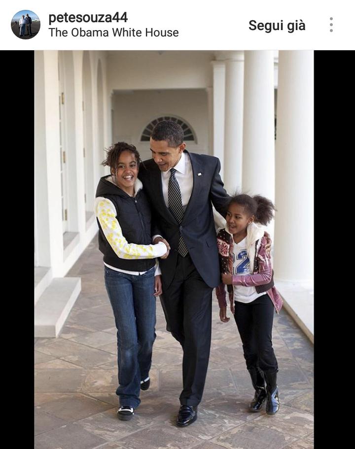 Le due figlie di Obama al rientro da scuola. Souza dice che Obama è stato un padre esemplare per le due figlie.