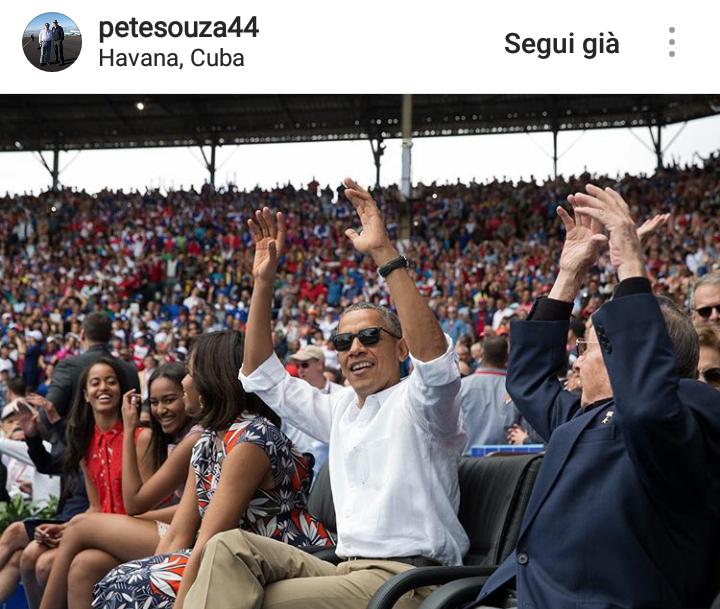 """Obama e il Presidente di Cuba Raùl Castro fanno """"l'onda"""" durante una partita di baseball a L'Avana."""
