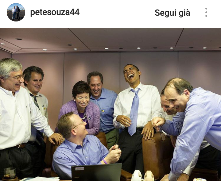 Novembre 2009. Risate a bordo dell'Air Force One tra Obama e il suo staff.