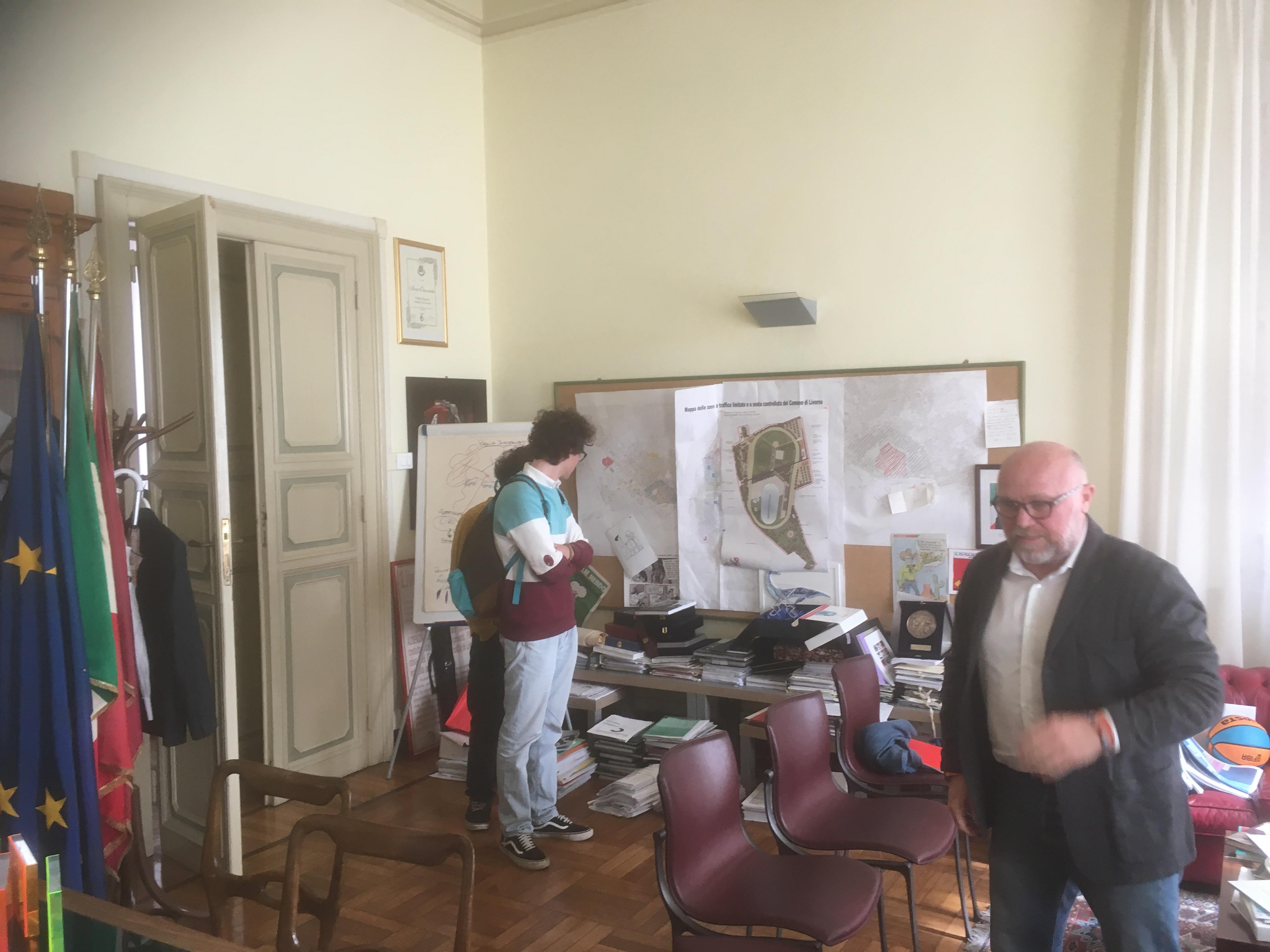 Nogarin alla fine dell'intervista. Sullo sfondo Enrico Raugi e Gigi Annarelli.